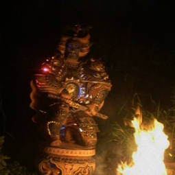 Сёгун (подсветка изнутри ночью при свете костра)