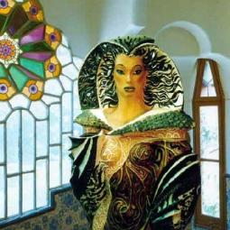 Женщина-кобра на фоне интерьера Гауди