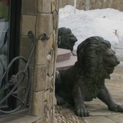 Львы, охраняющие вход