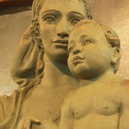 Мадонна с младенцем (надгробие)