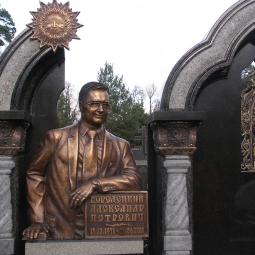Памятник Городецкому (фрагмент)